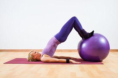 exercicios bola pilates gluteos