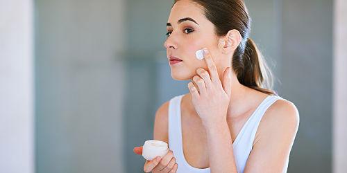 Cinco cosméticos que não devem faltar nos cuidados diários da pele do rosto
